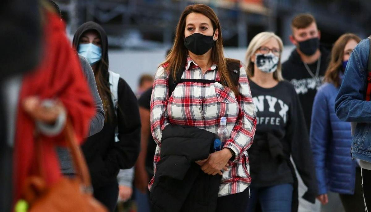 Du khách đeo khẩu trang phòng Covid-19 tại sân bayDenver, bang Colorado (Mỹ). Ảnh: Reuters