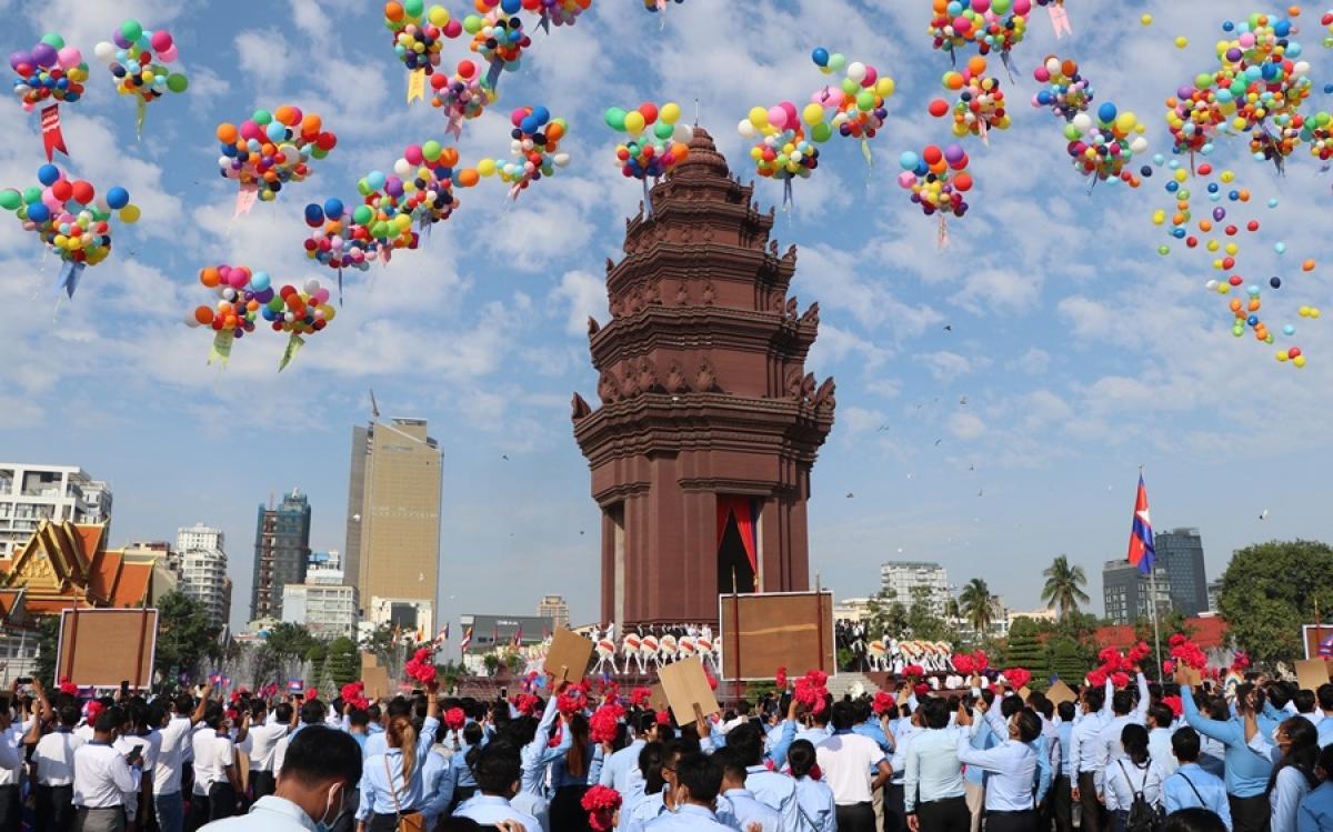 Hàng ngàn người đại diện các lực lượng vũ trang, cơ quan đoàn thể, hội thanh niên, học sinh và sinh viên Campuchia tham dự buổi lễ.