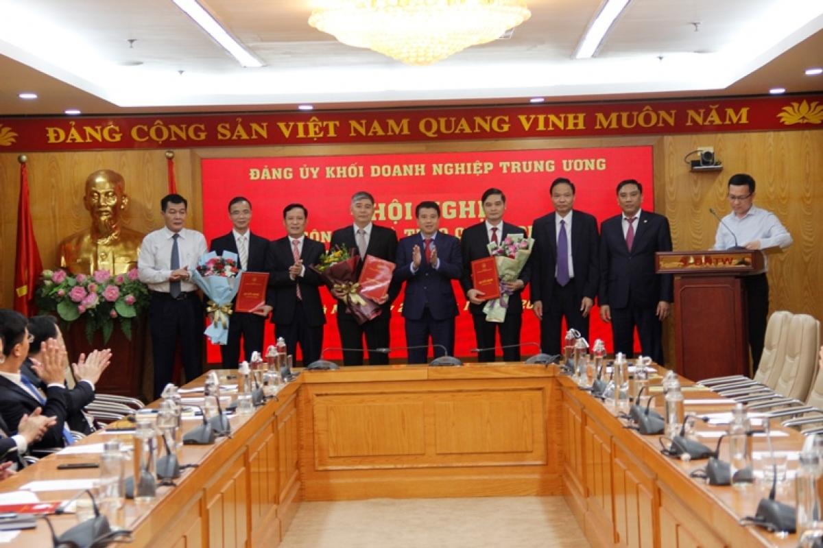 Thường trực Đảng ủy Khối chụp ảnh lưu niệm cùng Chủ nhiệm, Phó Chủ nhiệm Ủy ban Kiểm tra Đảng ủy Khối Doanh nghiệp Trung ương nhiệm kỳ 2020 – 2025.
