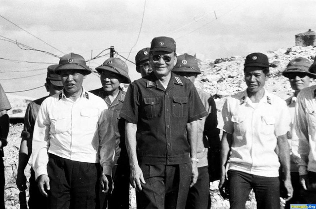 Đại tướng Lê Đức Anh trong chuyến công tác tại Trường Sa năm 1988.