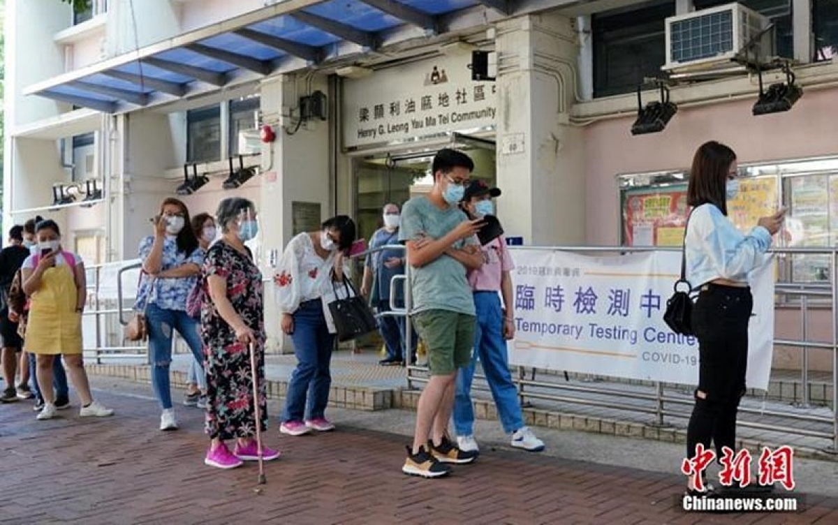 Người dân đi xét nghiệm Covid-19 tại Hong Kong. Ảnh: Chinanews.