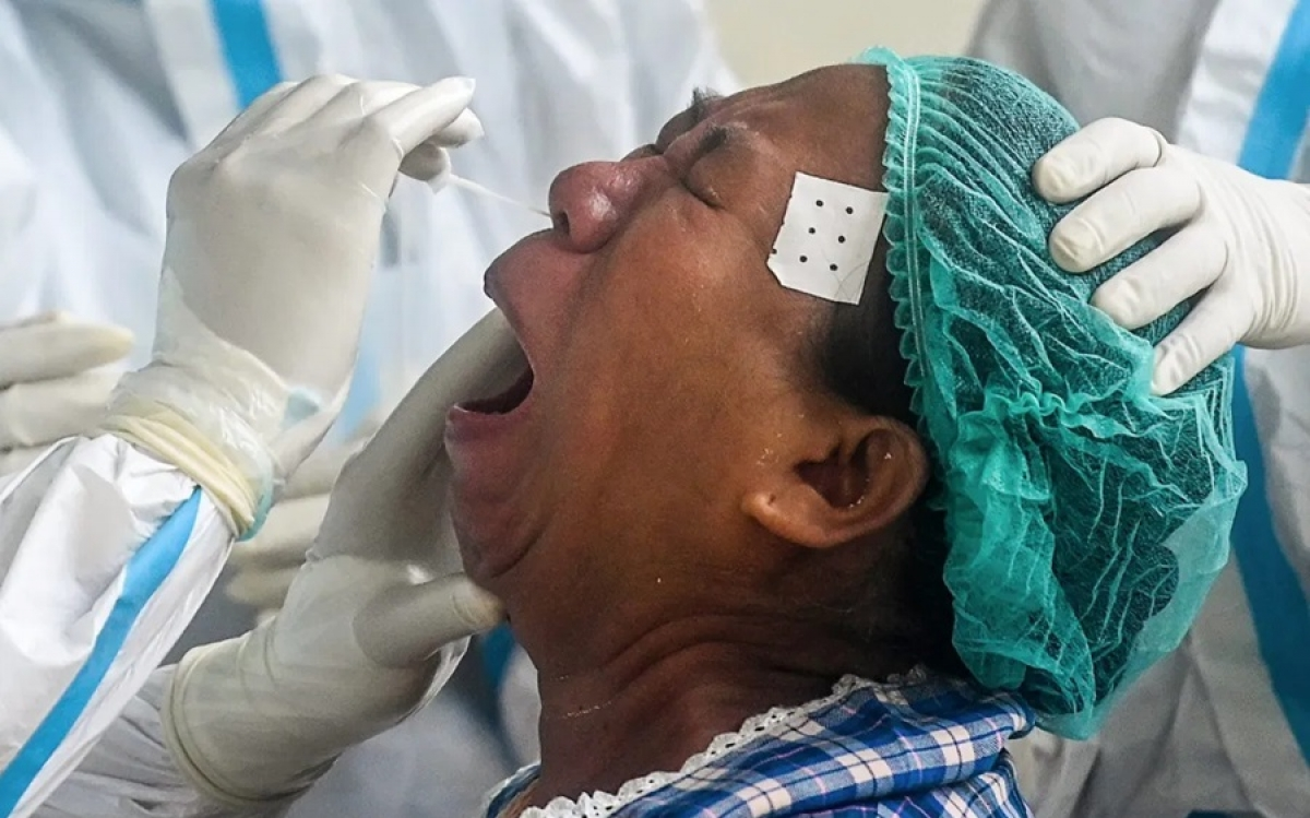 Lấy mẫu xét nghiệm từ một phụ nữ ở Yangon, Myanmar. Ảnh: AFP.