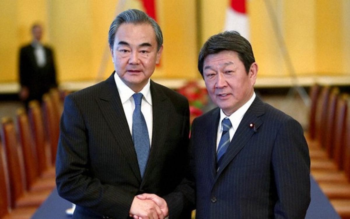 Ngoại trưởng Trung Quốc Vương Nghị và người đồng cấp Nhật BảnMotegi Toshimitsu. Ảnh: SCMP.
