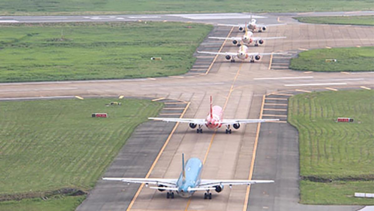 Sân bay quá tải, máy bay nối đuôi nhau chờ cất cánh.