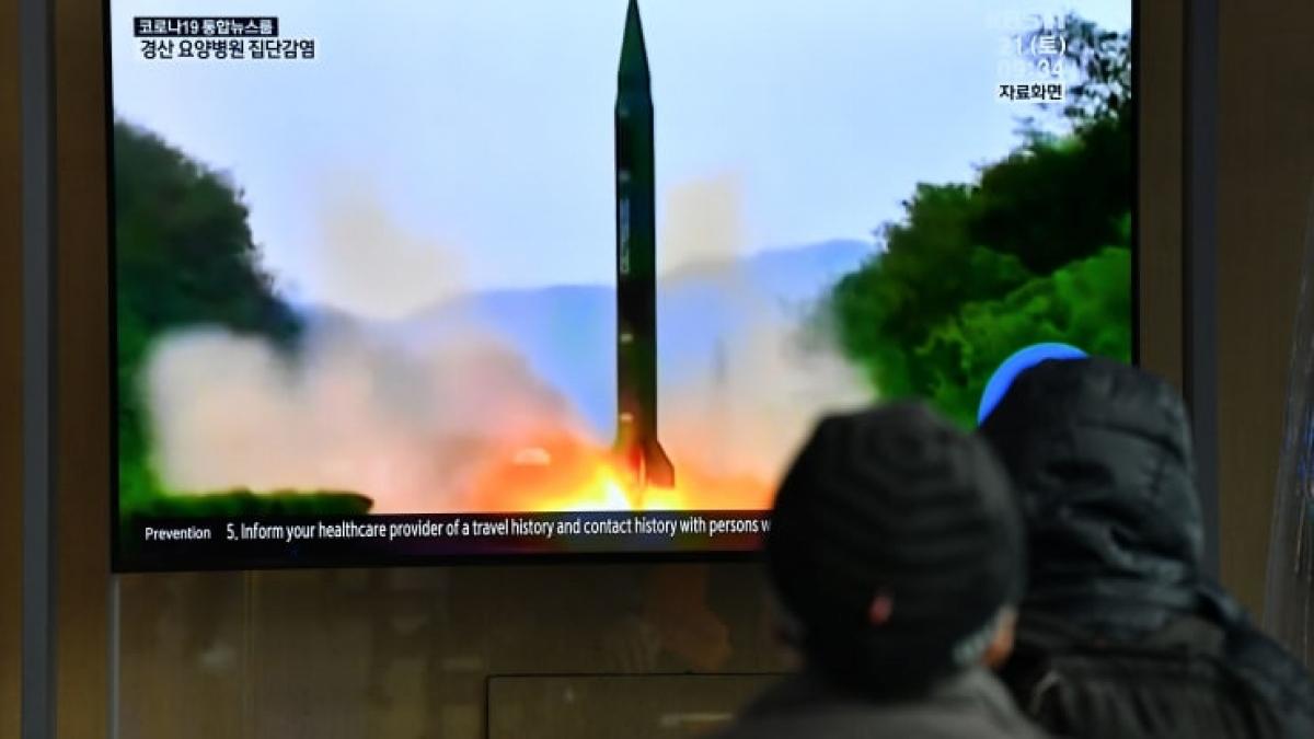 Người dân Hàn Quốc đang theo dõi hình ảnh Triều Tiên thử tên lửa tại một ga tàu ở Seoul ngày 21/3/2020. Ảnh: AFP