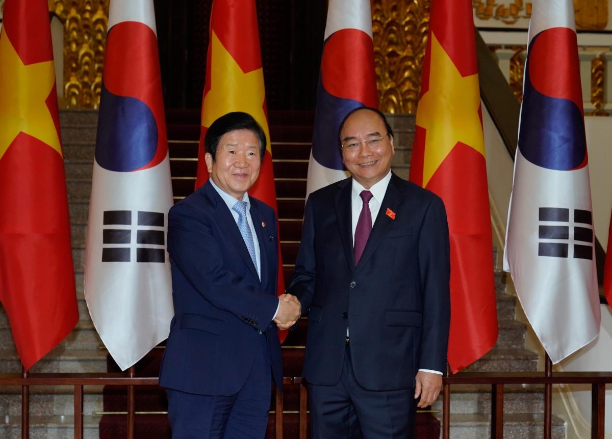 Thủ tướng Việt Nam Nguyễn Xuân Phúc tiếp Chủ tịch Quốc hội Hàn Quốc Park Byeong Seug.