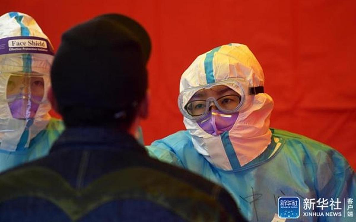 Người dân Khu mới Tân Hải của thành phố Thiên Tân đi xét nghiệm Covid-19 hôm 21/11. Ảnh: Tân Hoa xã.