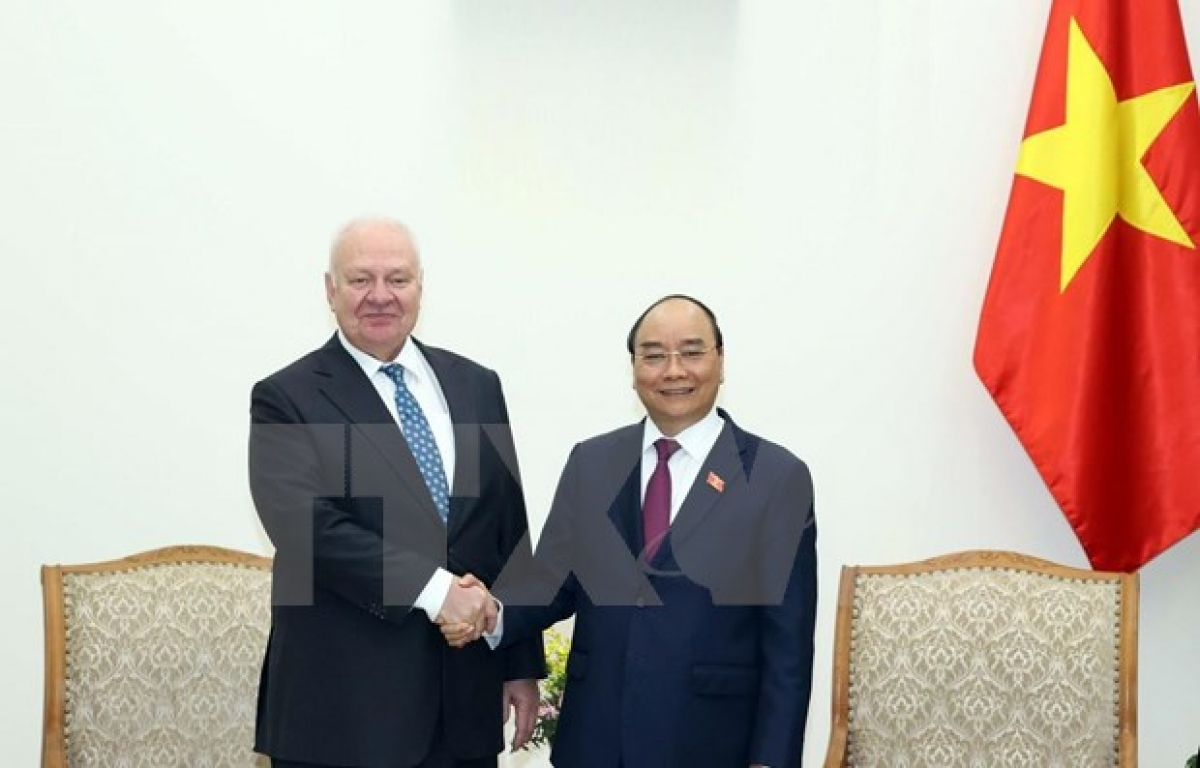 Prime Minister Nguyen Xuan Phuc (R) meets with Russia Ambassador to Vietnam Konstantin Vnukov in Hanoi on November 11. (Photo: VNA)