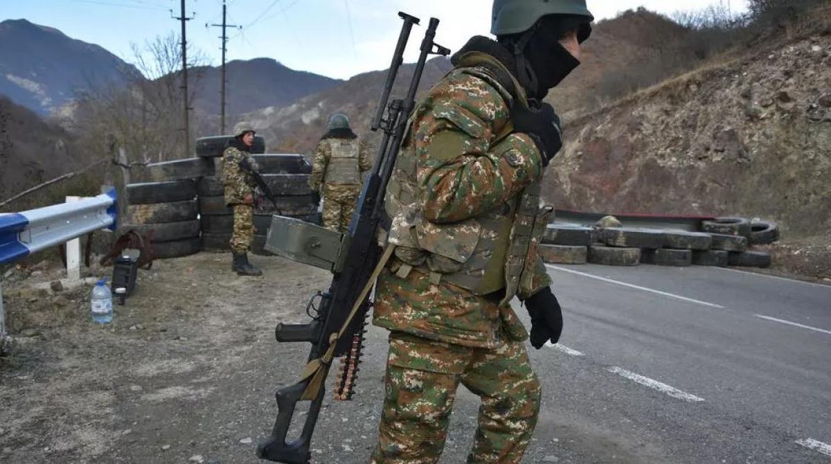 Lính Armenia tại một trạm gác con đường dẫn đến Kalbajar, gần làng Charektar của Azerbaijan, ngày 25/11/2020. Ảnh: AFP