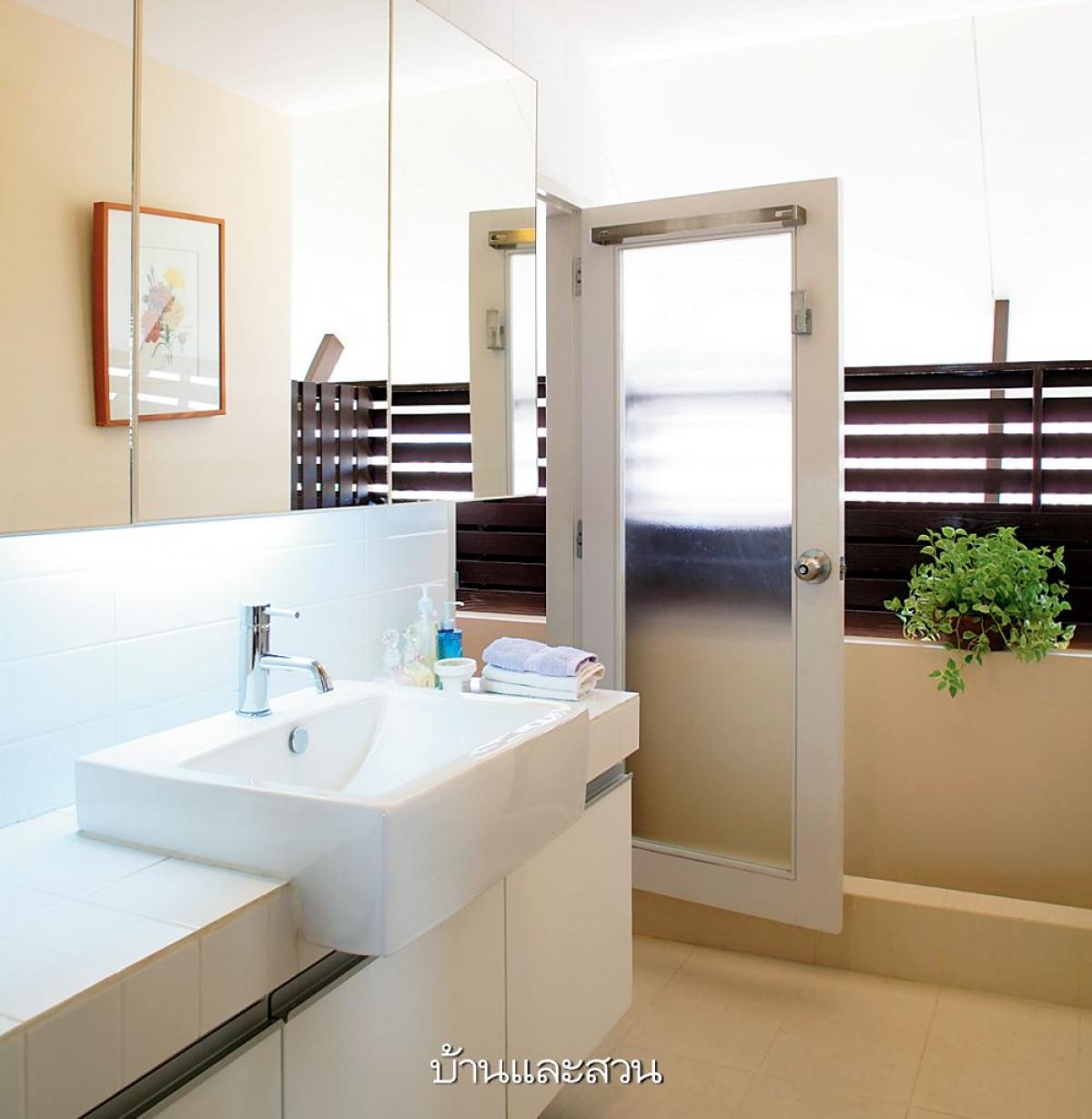 Phòng tắm được thiết kế dạng mở, được thông ra khu vực bên ngoài tầng 3. Mang màu sắc trắng sáng giúp không gian trở nên hiện đại, cuốn hút hơn.