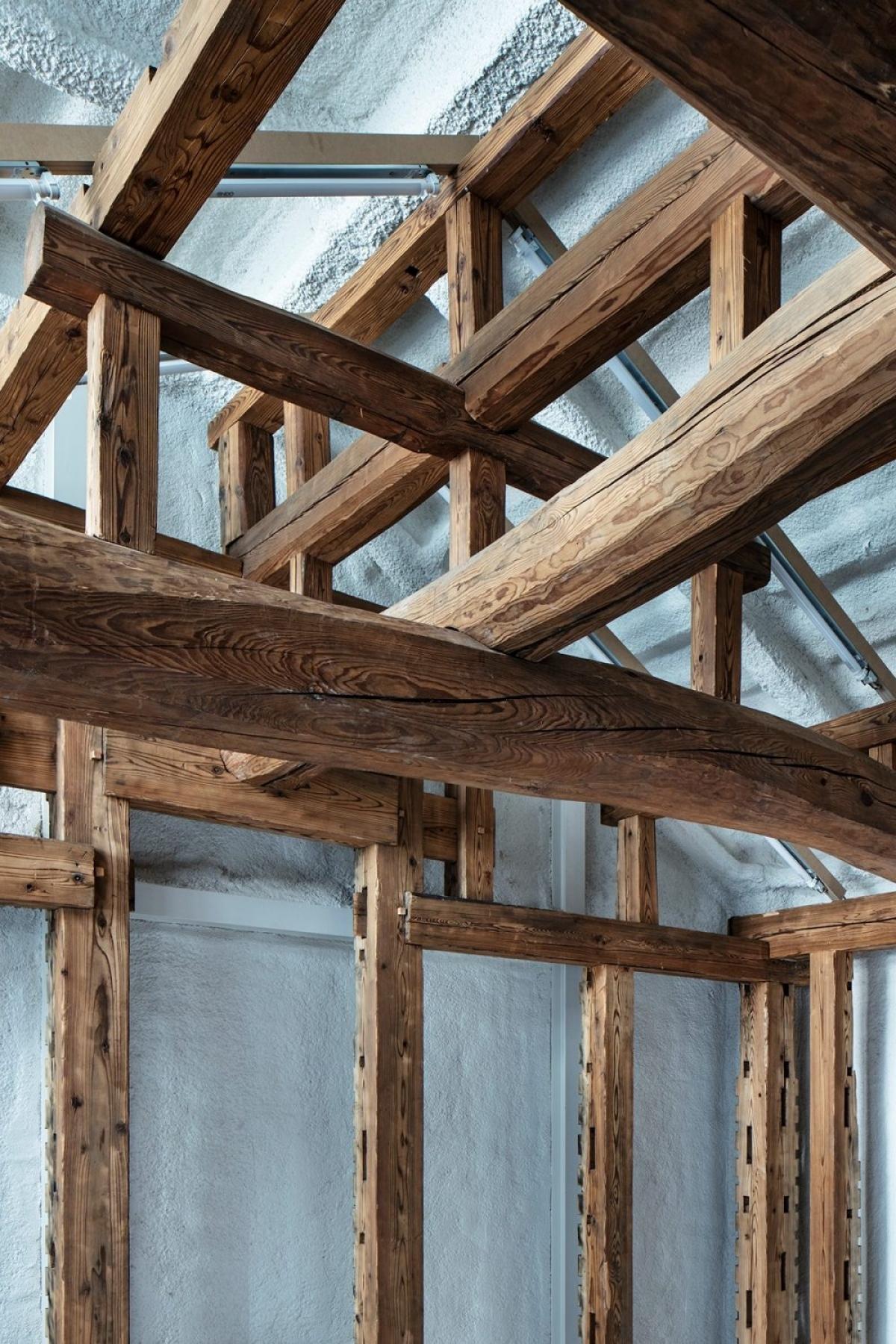 Khung gỗ và bê tông tạo nên một không gian mộc mạc, gần gũi giúp gia chủ một cuộc bình dị, an yên./.