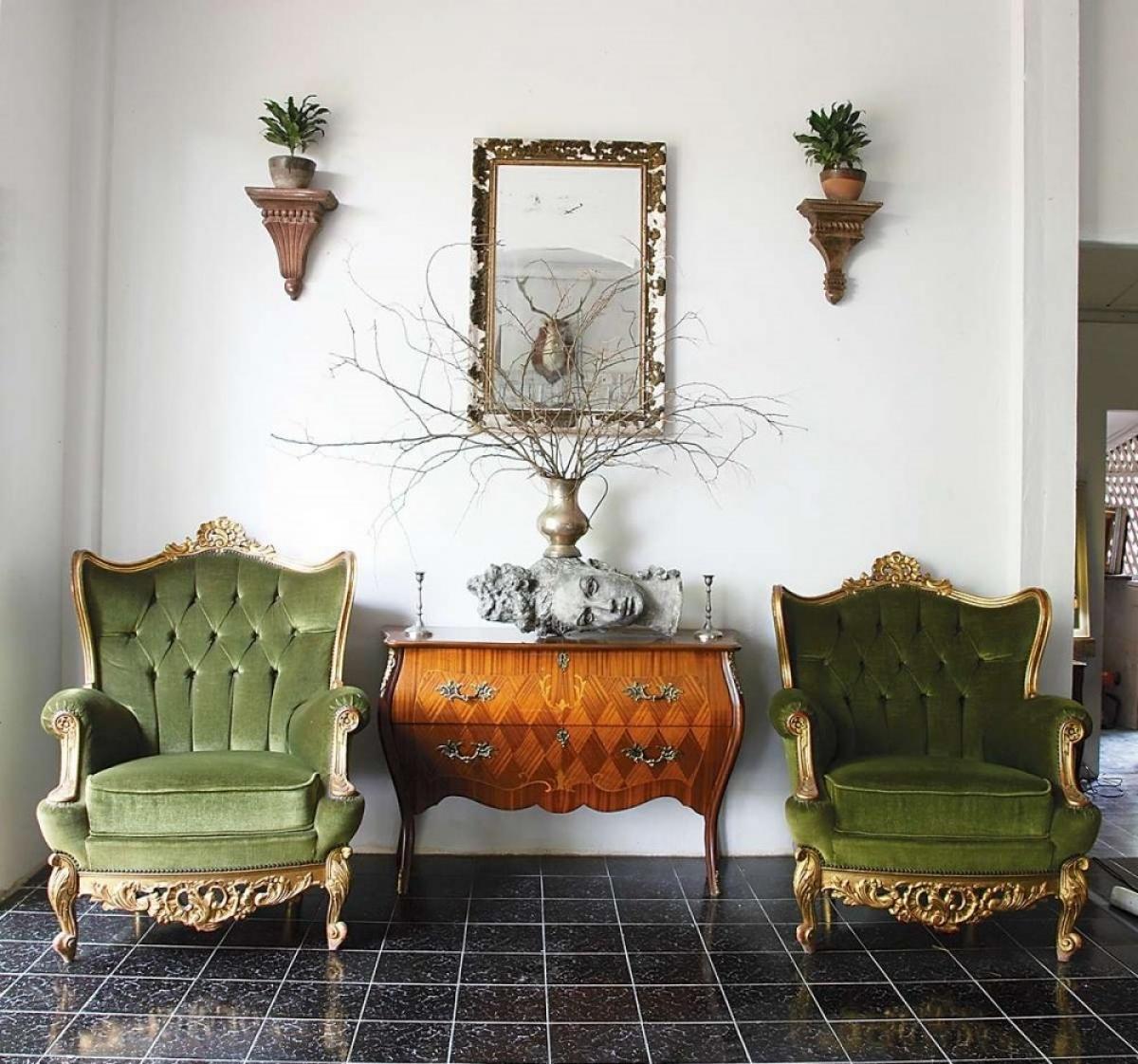 Các tác phẩm tinh tế được bày khắp nơi, khéo léo được tận dụng vừa trang trí vừa có công năng.