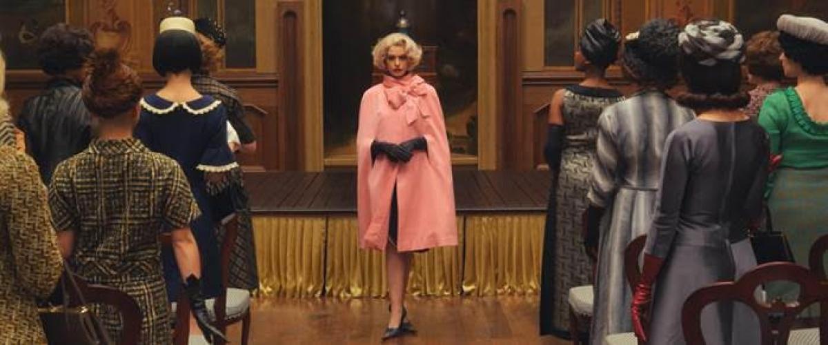 Đặc biệt, Anne Hathaway tham gia bộ phim khi đang mang thai, thiết kế thời trang Joanna Johnston cùng tổ hóa trang và kỹ xảo đã dành nhiều công sức để tạo ra những bộ cánh mang phong cách thập niên 60 vừa sang trọng quý phái, lại vừa che được vòng hai của nữ diễn viên.