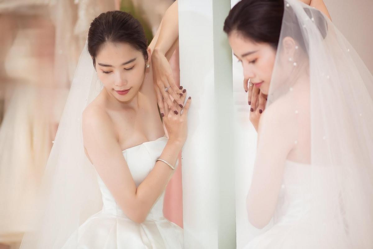 Tối 23/11, Nam Em bất ngờ chia sẻ ảnh mặc váy cưới và váy dạ tiệc vô cùng xinh đẹp.