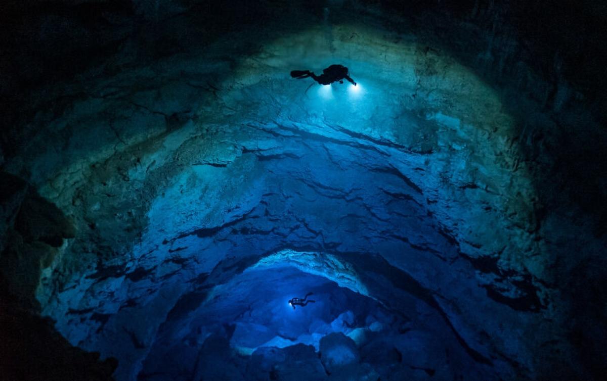 Hai thợ lặn ở Blue Abyss, Mexico trong bức ảnh khám phá đại dương đầy ấn tượng của nhiếp ảnh gia SJ Bennett.