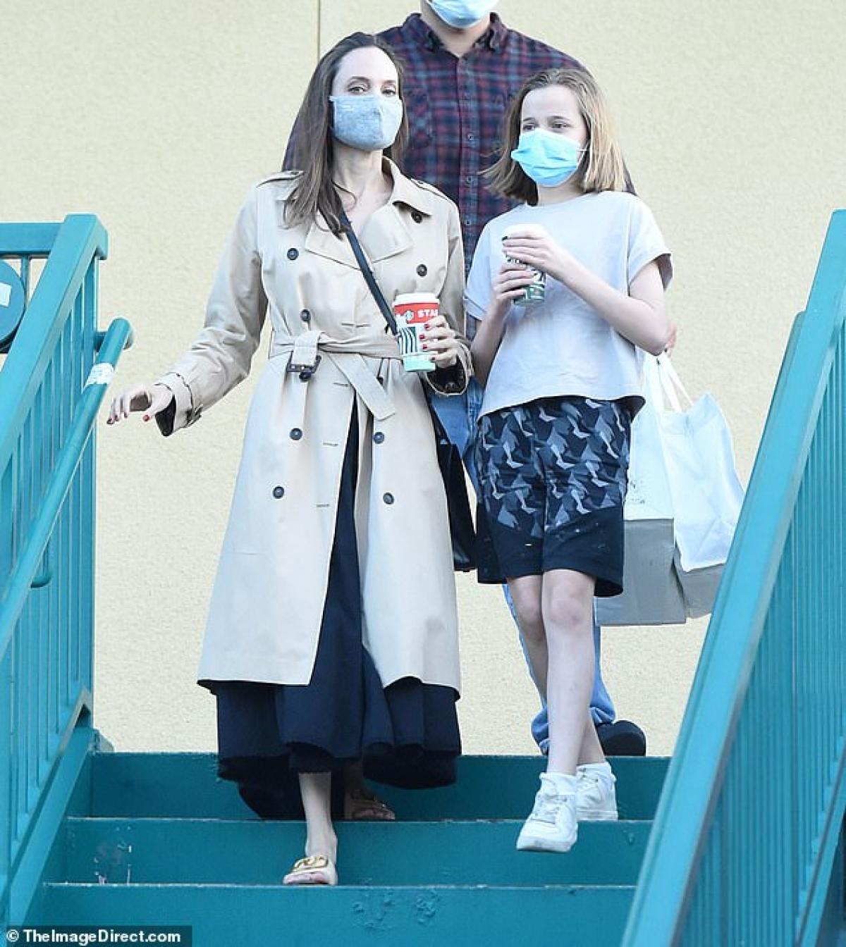 """Angelina Jolie trở thành """"tâm điểm"""" của sự chú ý khi đi mua cafe cùng con gái cưng Vivienne ở Los Angeles ngày 10/11 vừa qua."""