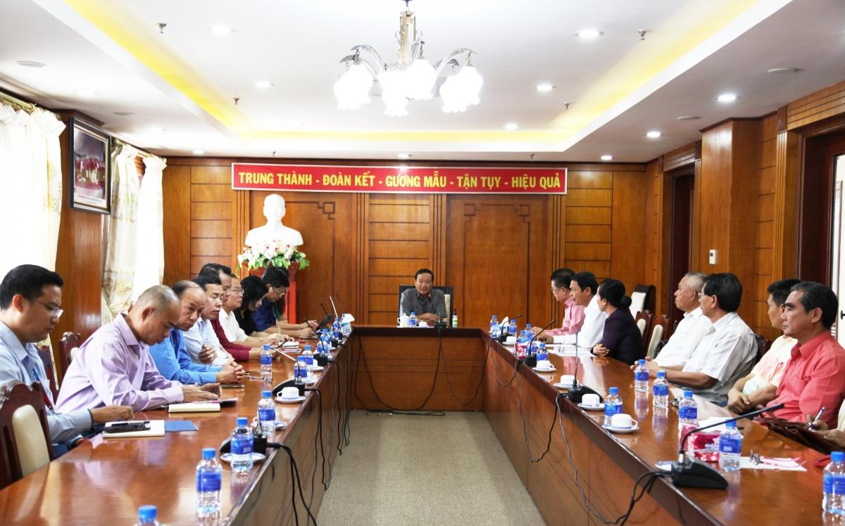 Đại sứ Nguyễn Bá Hùng giới thiệu một số nội dung chính trong dự thảo các văn kiện với bà con Việt kiều.