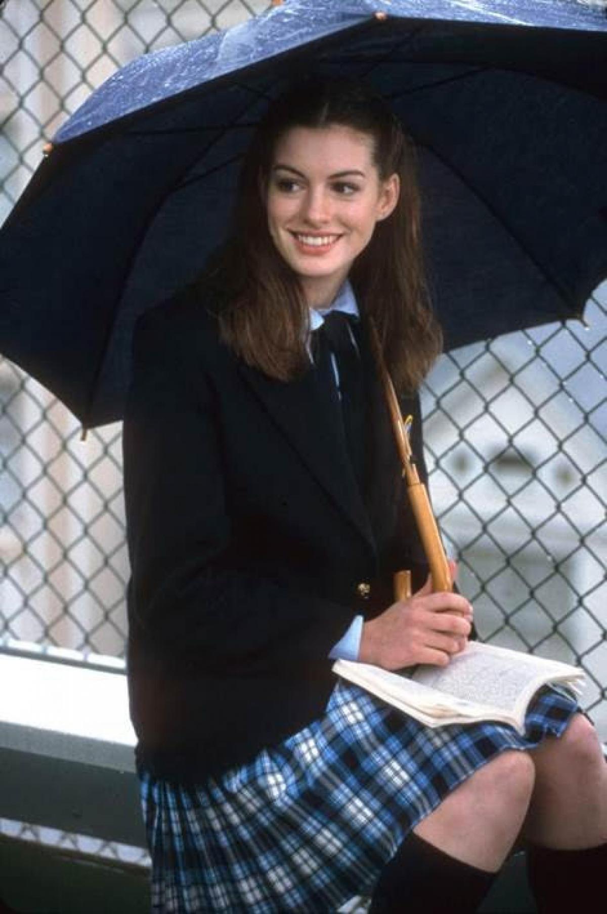 """Lần đầu tiên góp mặt trong một phim điện ảnh, Anne hóa thân thành công chúa Mia Thermopolis trong """"The Princess Diaries"""" (Nhật ký công chúa"""", chuyển thể từ cuốn sách ăn khách cùng tên của Meg Cabot. Sở hữu đôi mắt to tròn, đôi môi ngọt ngào, Anne Hathaway đem tới một vẻ đẹp chuẩn mực của các nàng công chúa cổ tích. Trong bộ đồng phục của một cô nữ sinh tuổi teen, Anne cho thấy sự trẻ trung, ngọt ngào, xen lẫn thơ ngây tuổi mới lớn."""