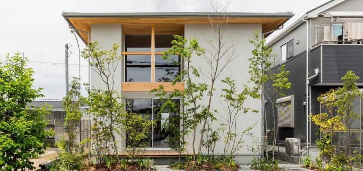 Với màu sắc bên ngoài trẻ trung, năng động đã mang về cho căn nhà có tổng diện tích hơn 119 m2 này một sự tươi mát, lôi cuốn.