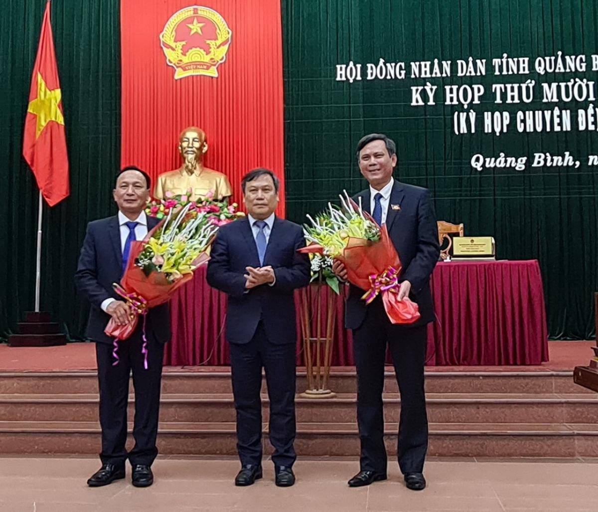 Bí thư Tỉnh ủy Quảng Bình Vũ Đại Thắng (giữa) tặng hoa chúc mừng tân Chủ tịch UBND tỉnh (phải) và tân Chủ tịch HĐND tỉnh Quảng Bình (trái)