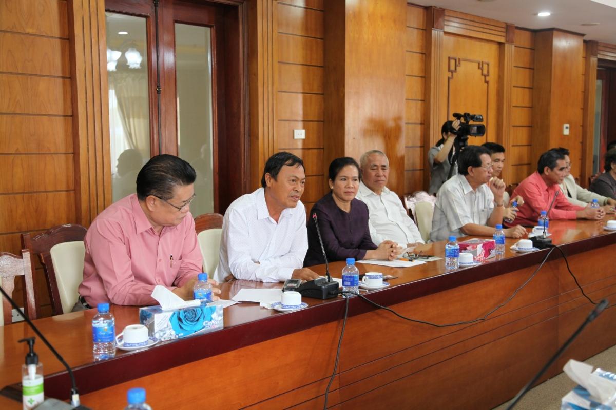 Ông Khăm Hùng- Phó Chủ tịch- Kiêm Tổng Thư ký Tổng hội người Việt Nam tại Lào phát biểu góp ý.