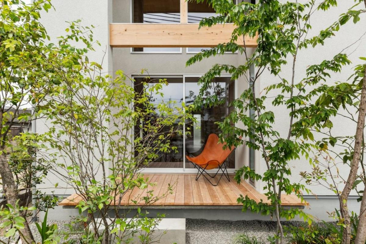 Để tăng không gian giúp mặt tiền căn nhà trông rộng và thoáng hơn đồng thời tạo đường cản nhiệt bằng cách trồng cây xanh làm khu vườn nhỏ trước nhà.