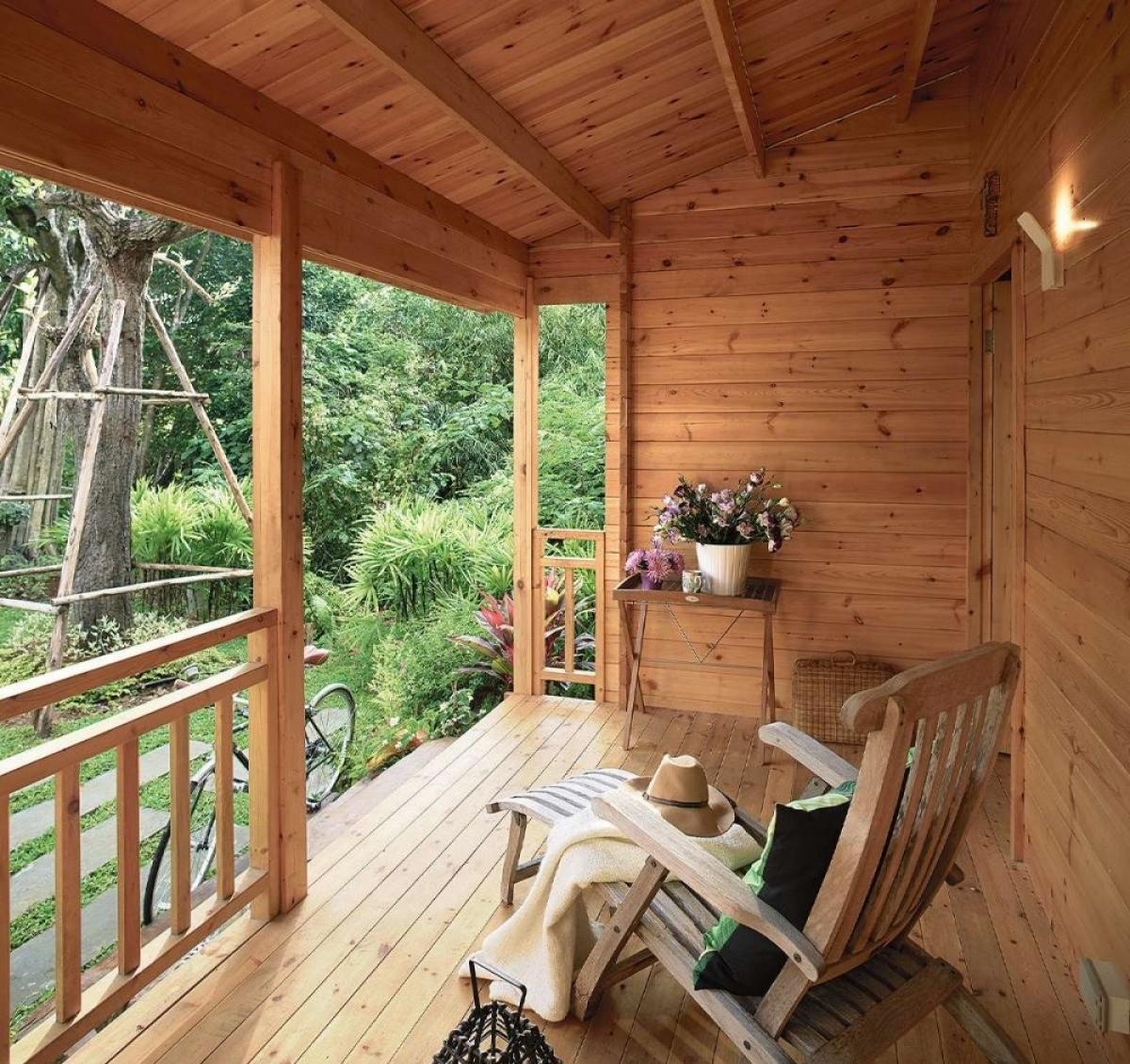 Ngôi nhà nằm giữa rừng cây nên không khí vô cùng dễ chịu.
