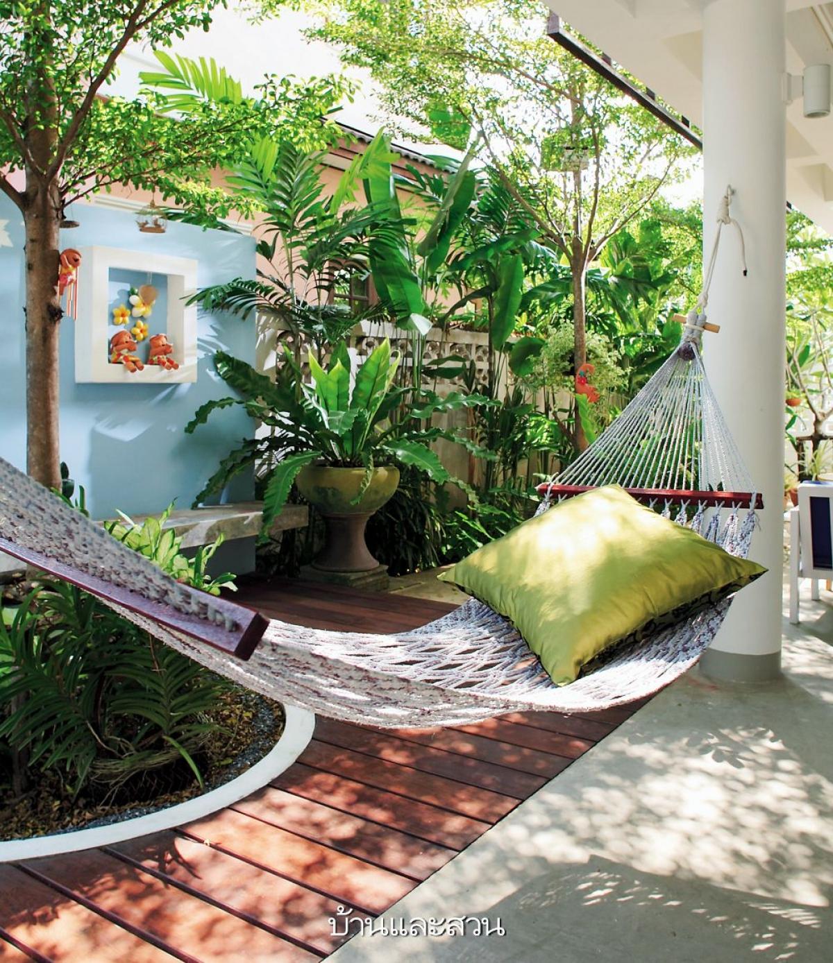 Trang trí một chiếc võng bên vườn cây xanh mang lại cho gia chủ một giấc ngủ trưa thật êm ái. Ngoài mang lại sự tươi mát, trong lành cây xanh còn như một sự che chắn cho khoảng riêng tư.