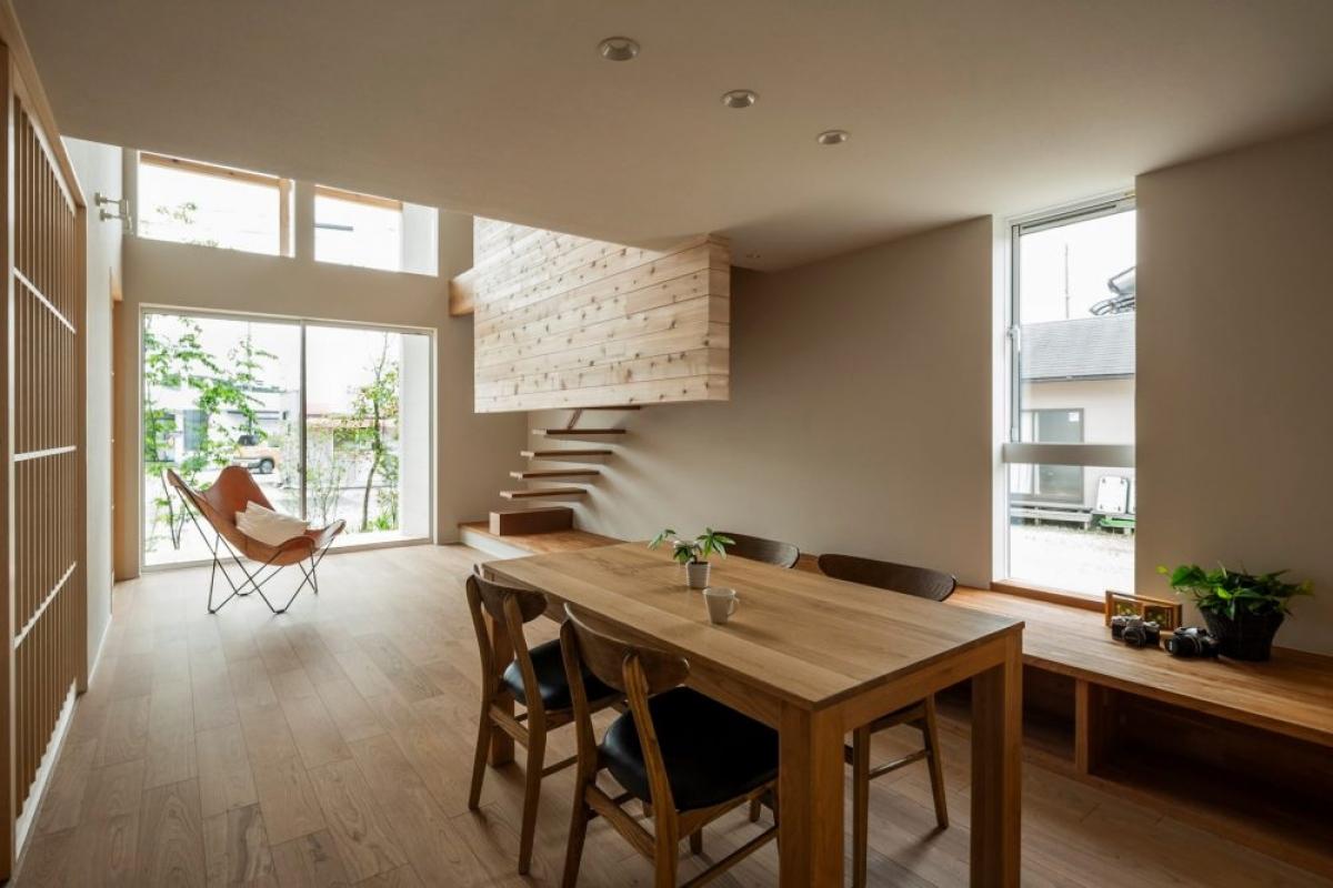 Phòng khách tối giản, nhẹ nhàng nhưng vô cùng ấm áp nhờ nội thất bằng gỗ. Thêm một vài điểm nhấn bằng chậu cây nhỏ.