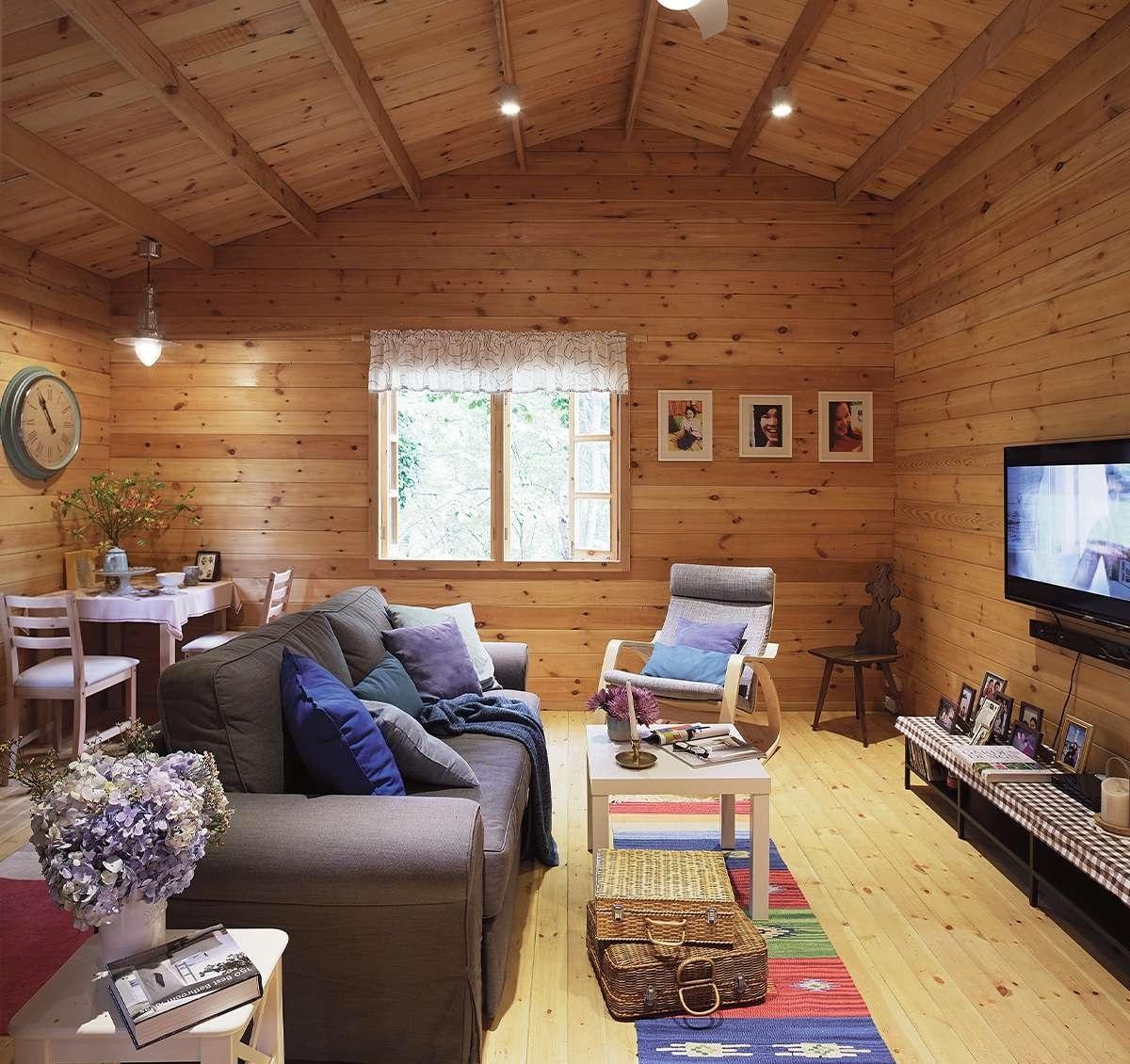 Đồ đạc, nội thất đơn giản, vui tươi, hoà hợp với màu gỗ thông của căn nhà.