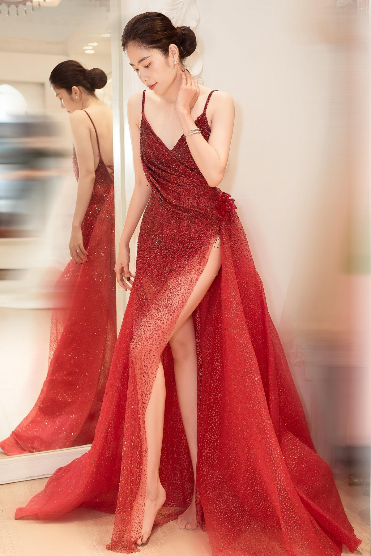 Bộ váy có phần xẻ tà giúp người mặc khoe khéo đôi chân và phần khoét sâu ở ngực áo làm tăng thêm nét cuốn hút khi mặc.