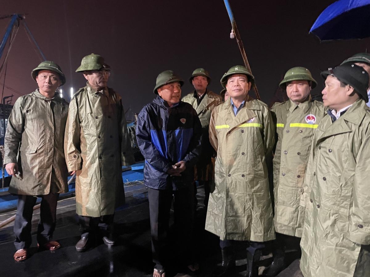 Bộ trưởng Bộ Nông nghiệp và Phát triển nông thôn Nguyễn Xuân Cường kiểm tra neo đậu tàu thuyền tại cảng Gianh.