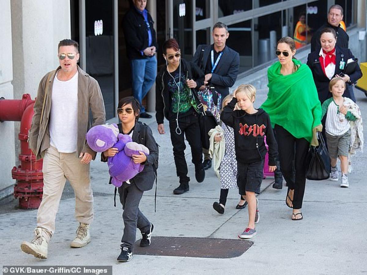 Sau những ngày bận rộn với các dự án, Angelina Jolie lại dành thời gian rảnh rỗi để ra ngoài với bọn trẻ, khi đi mua sắm, khi đi ăn nhà hàng.
