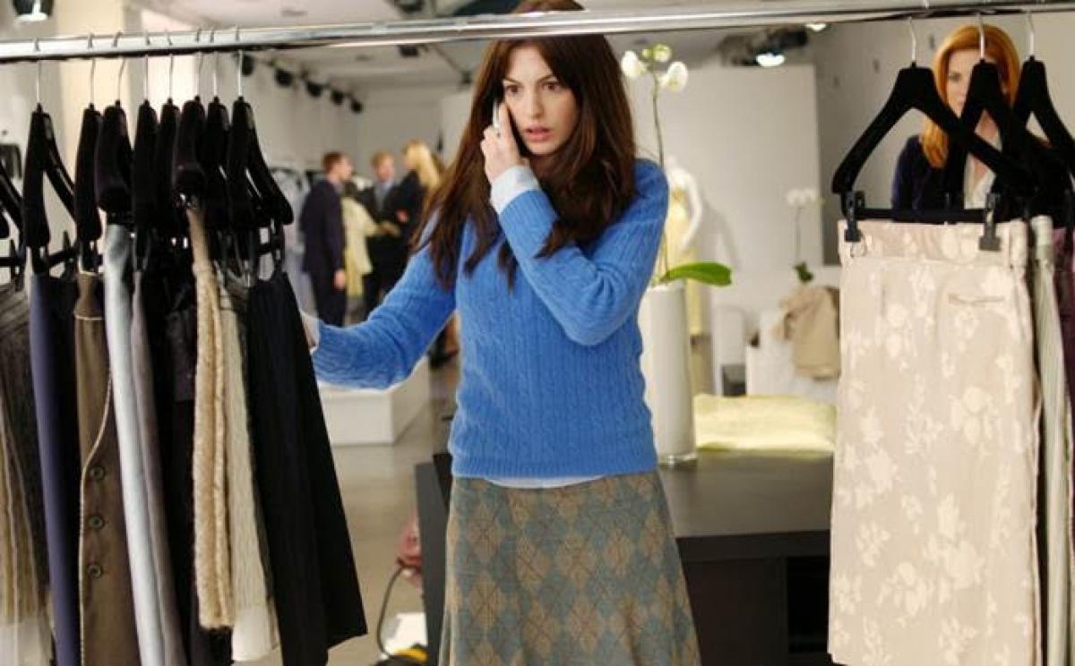 """Trong suốt sự nghiệp của Anne Hathaway, """"The Devil Wears Prada"""" (Yêu nữ thích hàng hiệu) chắc chắn là bộ phim có phong cách và thời trang xuất sắc nhất mà cô từng tham gia. Trong phim, Anne vào vai Andrea Sachs, cô nàng """"mù thời trang"""" chân ướt chân ráo học việc tại Runway - một trong những tạp chí thời trang hàng đầu thế giới."""