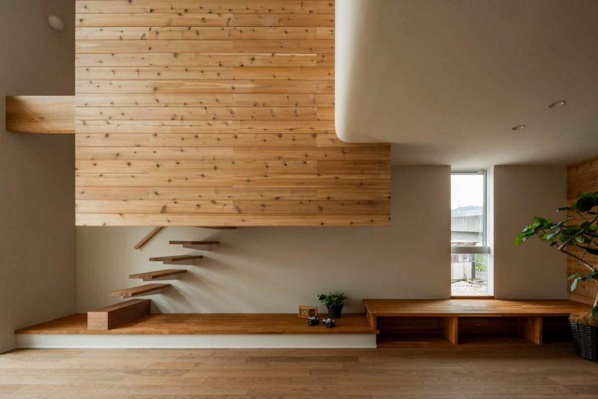 Những chiếc bục gỗ dài bên các khe hở là nơi lý tưởng, thoáng đãng cho sự thư giãn, nghỉ ngơi, thậm chí là đọc sách.