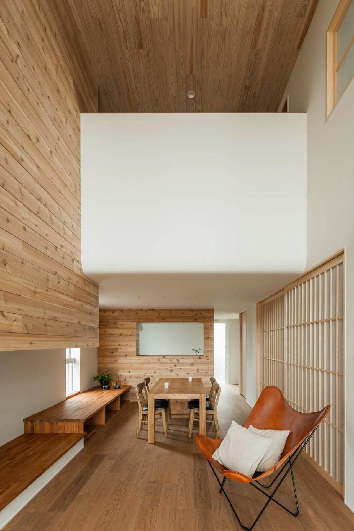 Chiếc ghế là một điểm nhấn nổi bật cho không gian phòng khách này.