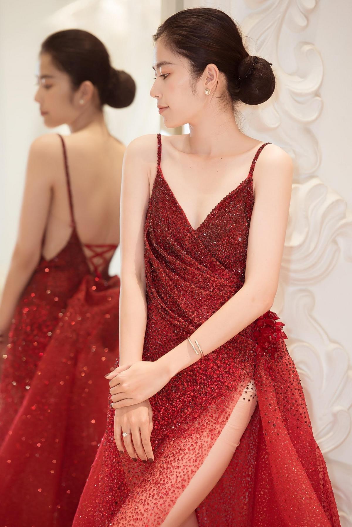 Cùng với đó, Nam Em cũng diện một bộ váy dự tiệc sang trọng.