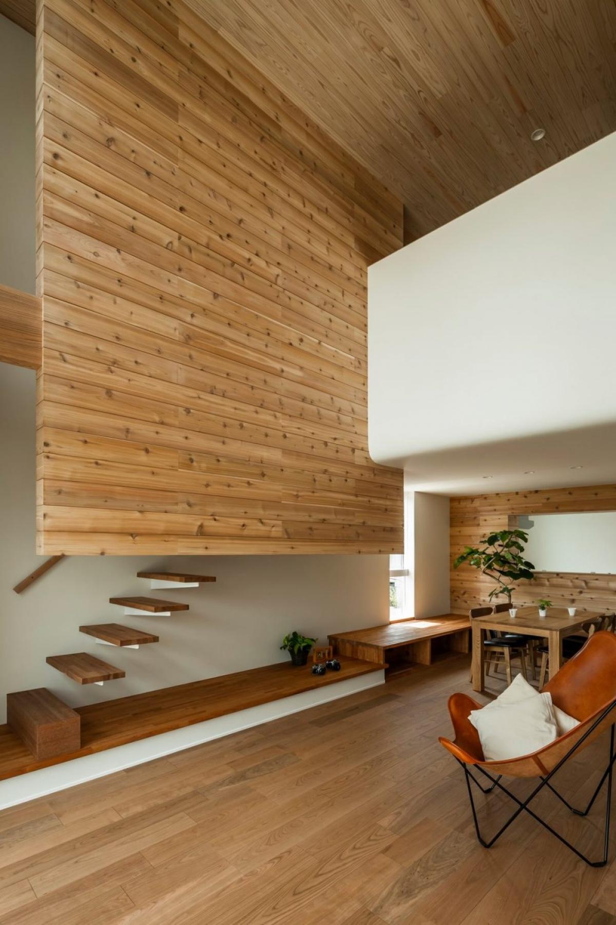 Lá chắn bằng gỗ này được thiết kế nhằm mục đích giảm bớt cái nắng nóng của hướng Nam.