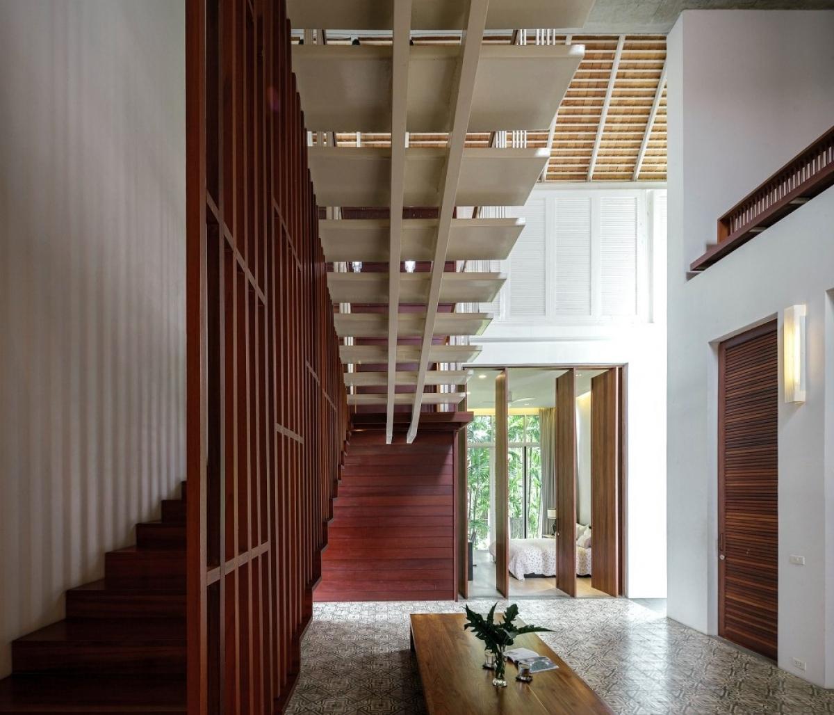 Bên trong căn nhà sử dụng nhiều vật liệu gỗ mang lại cảm giác gần gũi, ấm áp.