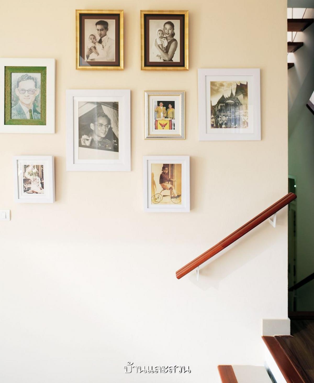 Thay vì treo các bức tranh nghệ thuật thì ở đây được sử dụng những bức ảnh chân dung của các thành viên trong gia đình.