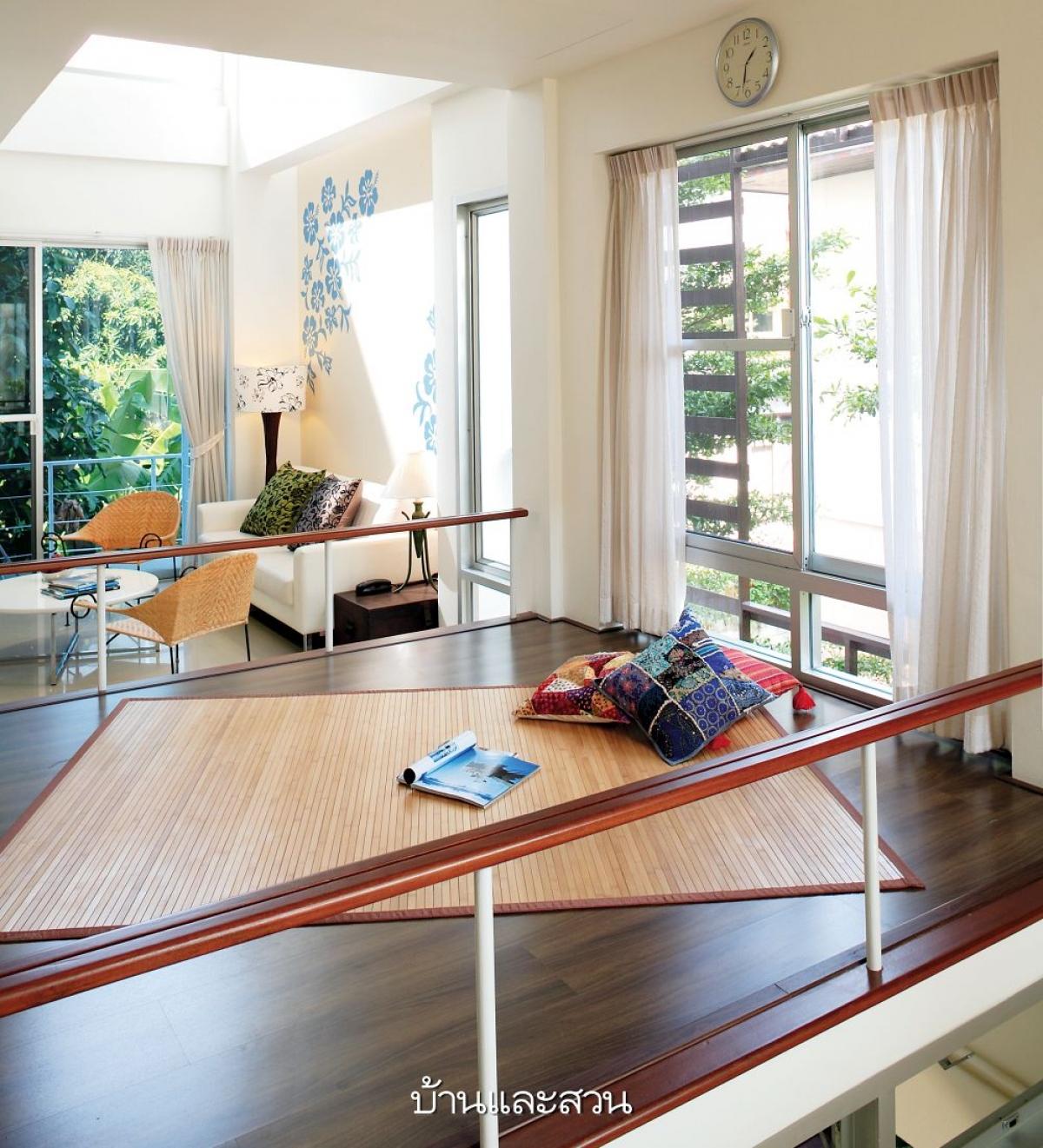 Phòng khách được đặt ở vị trí tầng 2 bên cạnh đó được thiết kế thêm tấm phản có thanh chắn là nơi lý tưởng để đọc sách hoặc là khu vui chơi của bọn trẻ.
