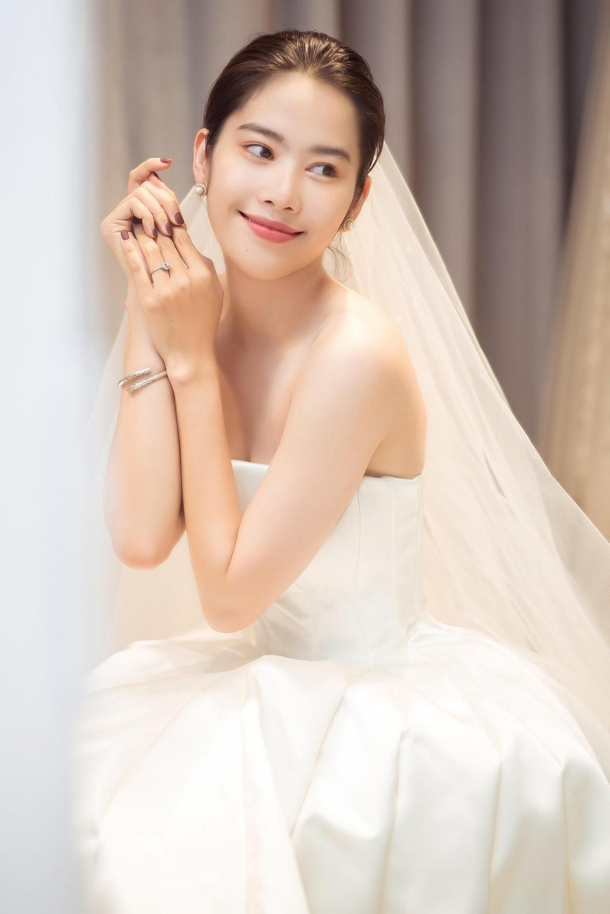 Ngay khi úp mở chia sẻ hình ảnh mặc váy cưới lên trang cá nhân, cô nhận được nhiều phản hồi tích cực, lời khen của khán giả.