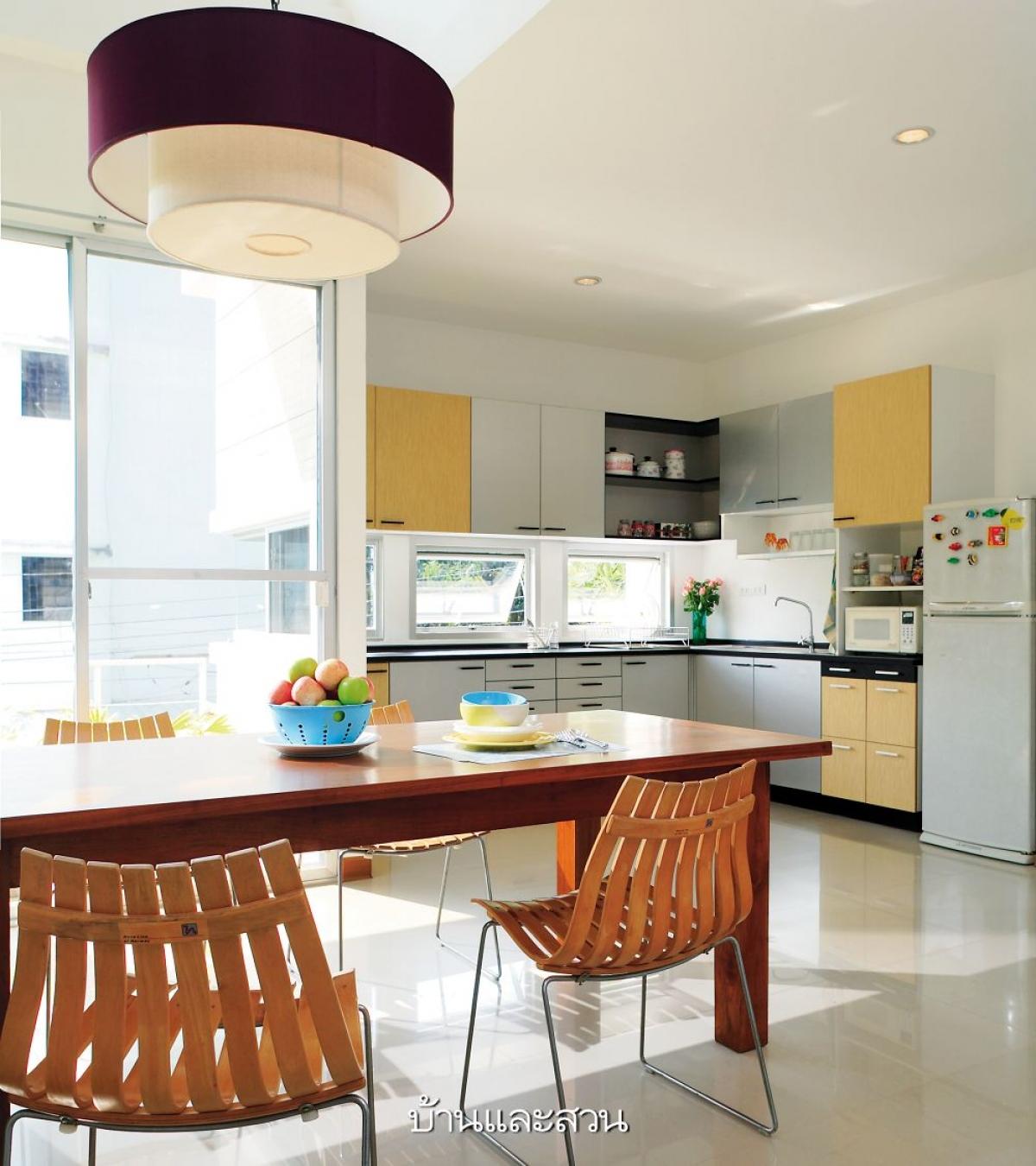 Căn bếp được bố trí đơn giản với màu sắc nhẹ nhàng nhưng vô cùng hấp dẫn, lôi cuốn. Đặc biệt có rất nhiều cửa sổ mang lại một không gian thoáng đãng, ngập tràn ánh sáng.