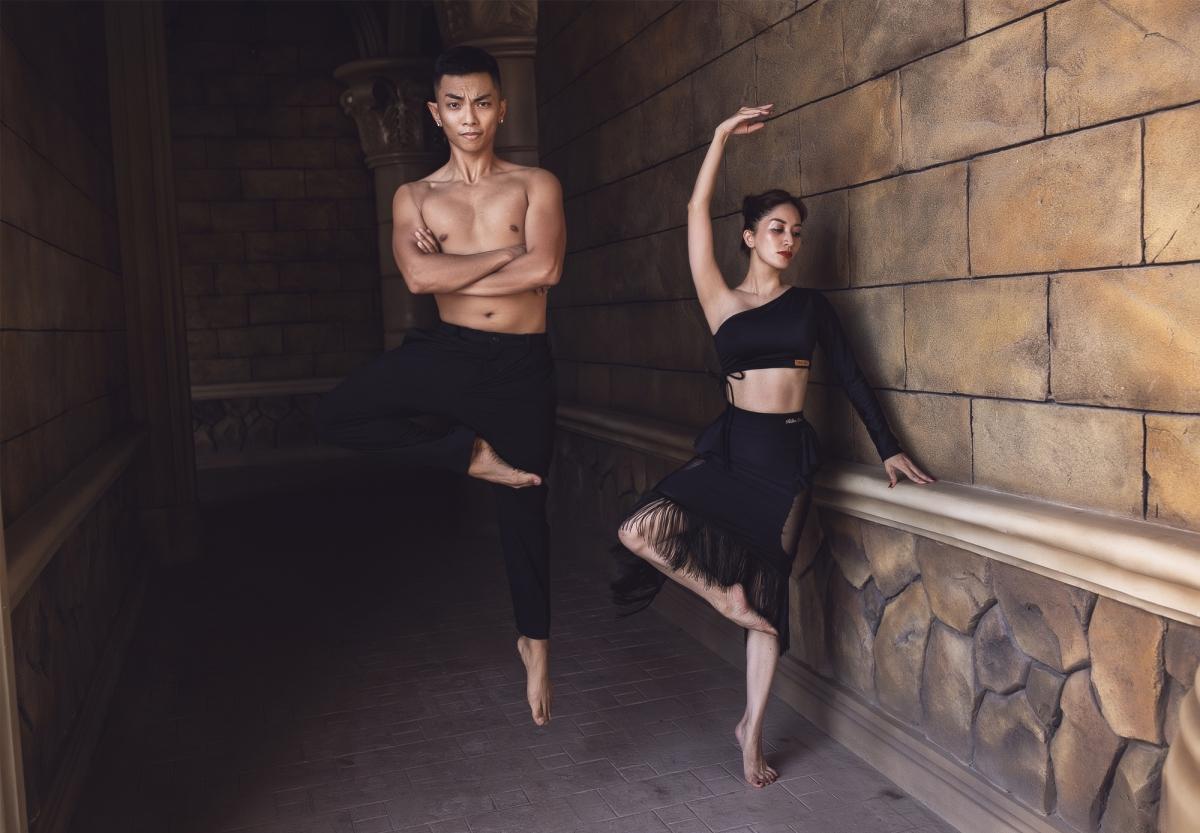 Năm nay khi các giải đấu dancesport bị huỷ do dịch Covid-19 nhưng Phan Hiển vẫn tích cực tập luyện để chờ những cơ hội mới. Vừa giúp bà xã dạy khiêu vũ cho các em nhỏ tại trung tâm dancesport, anh vừa sắp xếp lịch để hàng ngày tập gym tăng cường sức bền, đồng thời ôn luyện kỹ thuật.