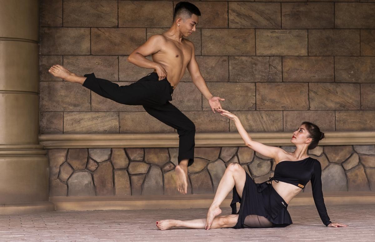 Thông qua ngôn ngữ hình thể của dance sport, cặp đôi muốn truyền tải thông điệp ý nghĩa sâu sắc về tình yêu, hôn nhân của mình. Mỗi động tác trong bộ ảnh của Khánh Thi, Phan Hiển đều bao hàm ẩn ý riêng mà nếu quan sát kỹ, mọi người sẽ hiểu được điều đó.