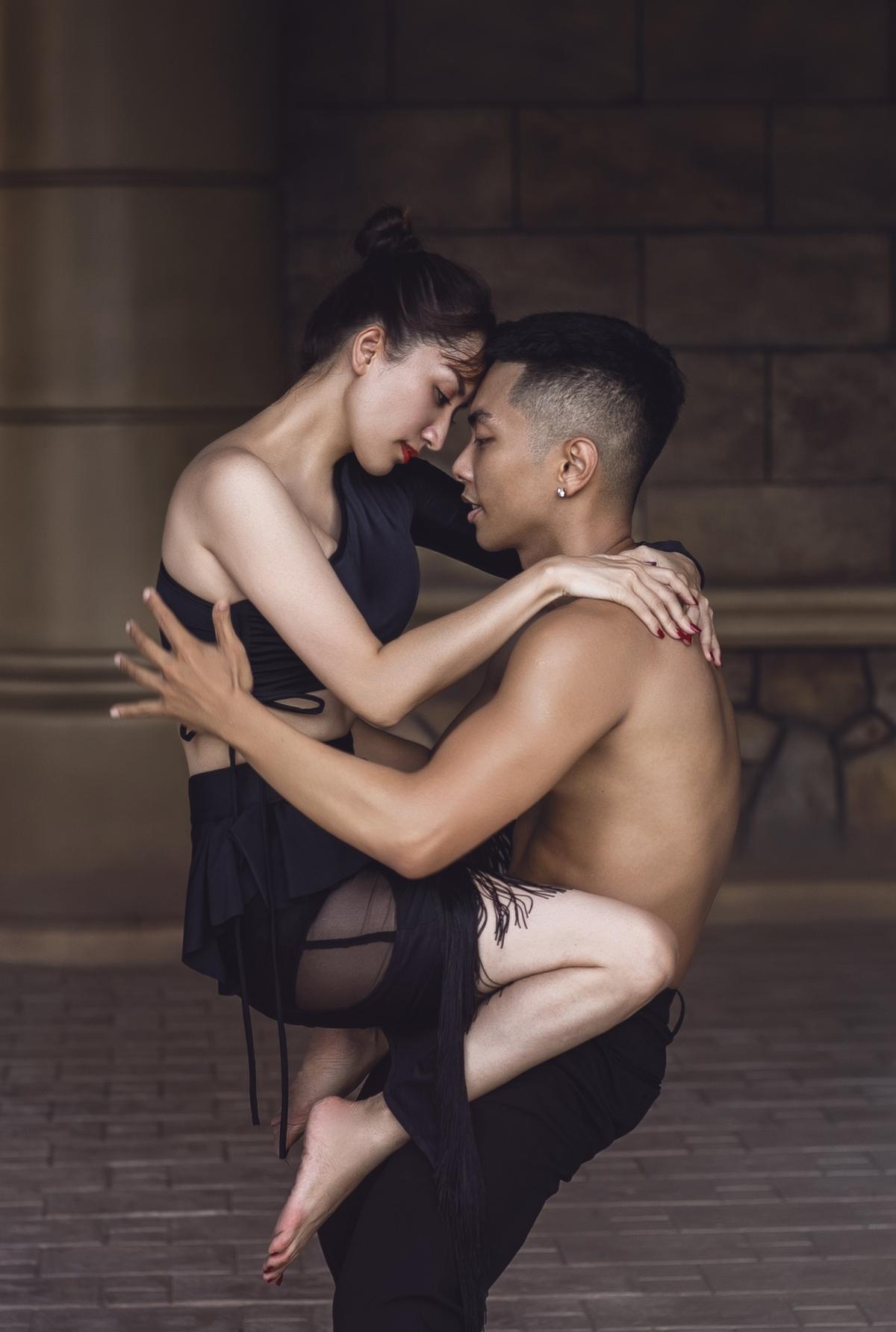 Là một cô giáo, huấn luyện viên dancesport khó tính và kỹ tính, Khánh Thi theo sát sự nghiệp vận động viên của ông xã từ khi anh mới là chàng thanh niên 16 tuổi. Cô giúp anh rèn luyện, khắc phục những điểm yếu và phát huy thế mạnh ở bộ môn khiêu vũ thể thao.