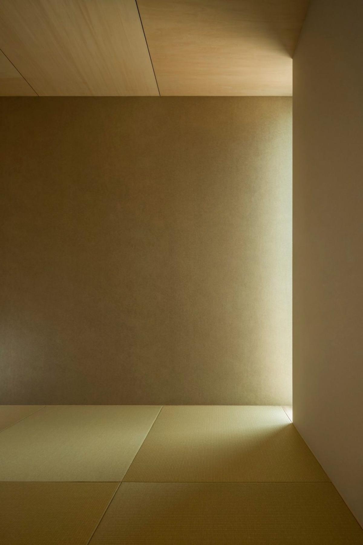 Ngoài cửa sổ thì các khe hở góp vai trò không nhỏ mang ánh sáng tự nhiên vào không gian bên trong./.