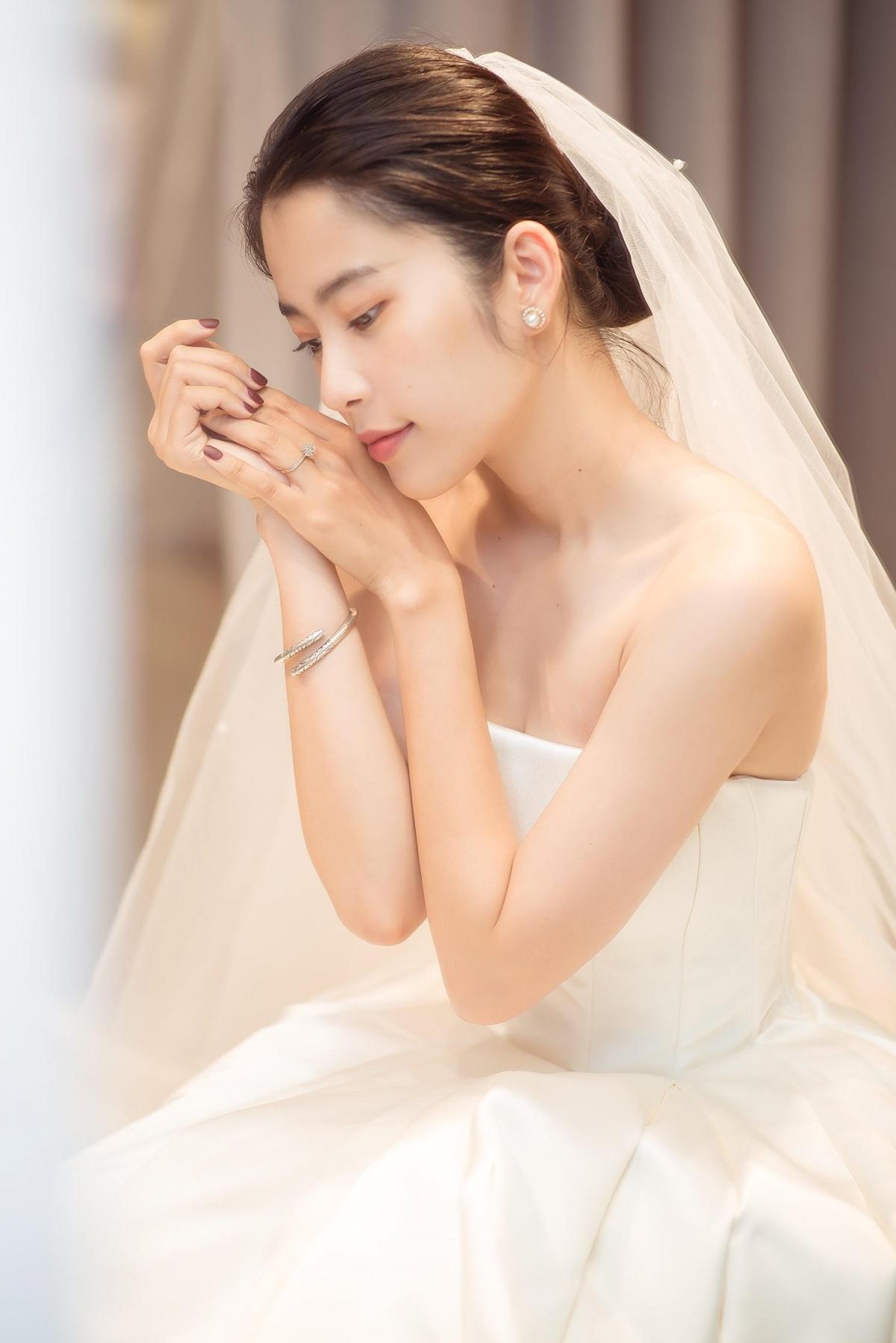 Bộ váy của NTK Lâm Lâm không quá cầu kỳ trong thiết kế nhưng tinh tế ở đường cắt may, đặc biệt giúp Nam Em khoe khéo khung xương vai và vẻ nữ tính mềm mại.