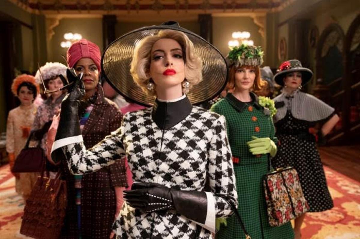 """Năm 2020, Anne Hathaway tái xuất màn ảnh rộng và tiếp tục khiến khán giả bất ngờ với sự biến hóa trong ngoại hình lẫn diễn xuất trong """"The Witches"""" (Phù thủy, Phù thủy). Ở tuổi 38, Anne Hathaway vẫn xinh đẹp bất chấp là tạo hình quý bà đẳng cấp hay phù thủy đáng sợ."""