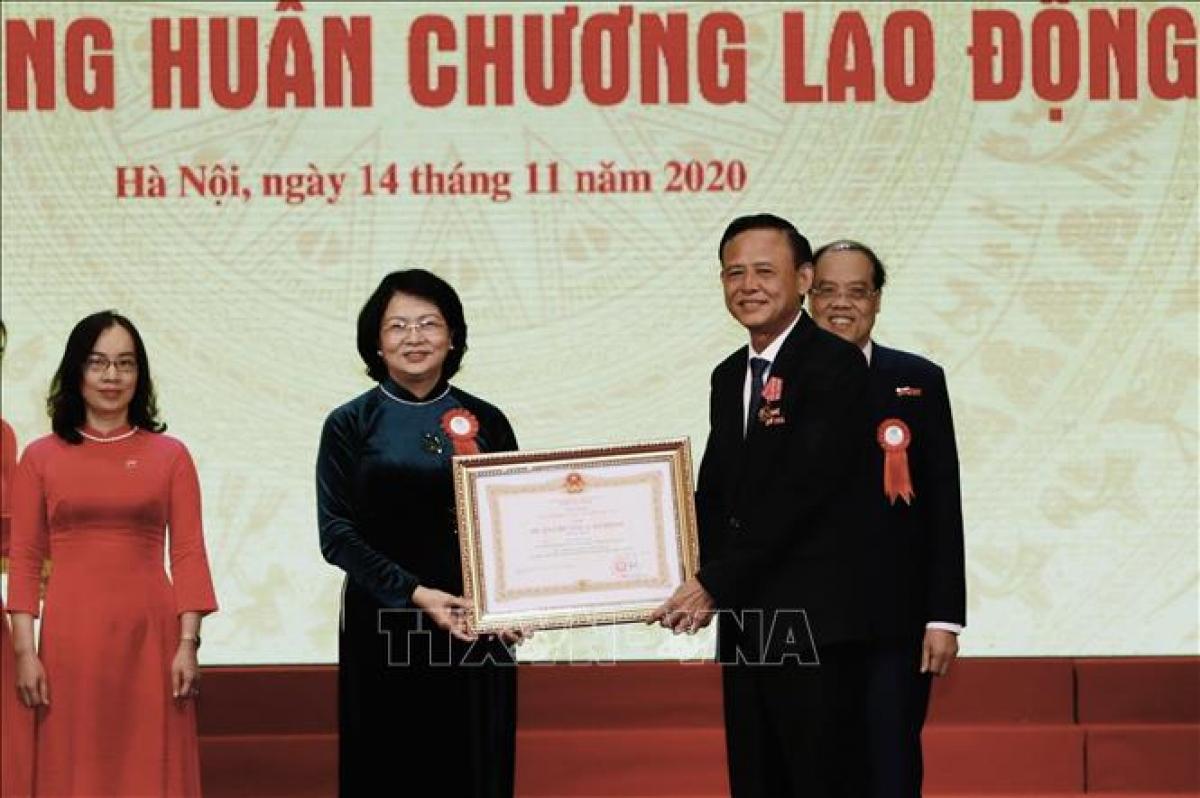 Phó Chủ tịch nước Đặng Thị Ngọc Thịnh trao Huân chương Lao động hạng Nhất cho Thứ trưởng thường trực Bộ NN và PTNT Hà Công Tuấn. Ảnh: TTXVN